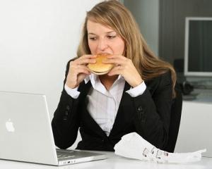 Studiu: Femeile care sunt nemultumite de locul lor de munca mananca mai mult