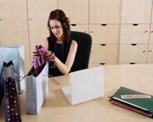 Femeile la petrecerea de Craciun a companiei: 12 ore, 55 de euro si 4 tinute