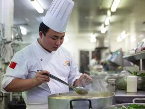 Restaurantele romanesti raman fara bucatari. Patronii, intre dublarea preturilor si bucatarii chinezi