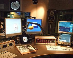 Cat castiga radioul public din publicitate