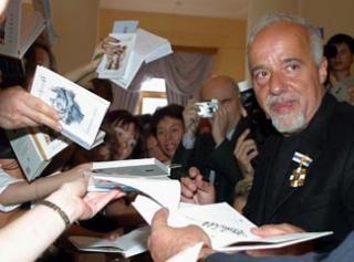 Fostul hippie rebel, romancierul de astazi cu valente universale, Paulo Coelho, riposteaza cenzurarii operelor sale