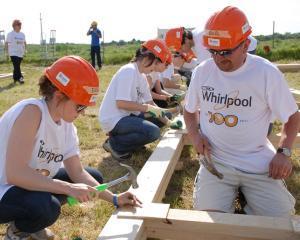 Case pentru orfanii din Romania, construite de 100 angajati Whirlpool