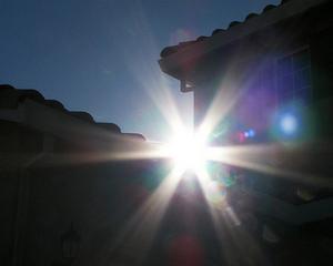 Google le pune oamenilor panouri solare pe case