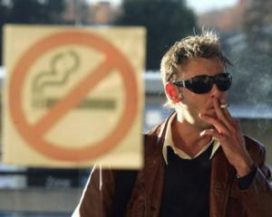 Studiu: Peste 80% dintre romani sunt de acord cu interzicerea fumatului