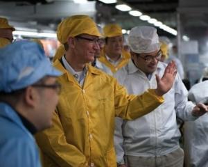 Tim Cook, in vizita de lucru la o fabrica din China, in care este asamblat iPhone-ul