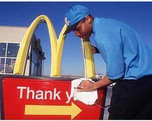 Angajatii McDonald's dezvaluie povesti infioratoare