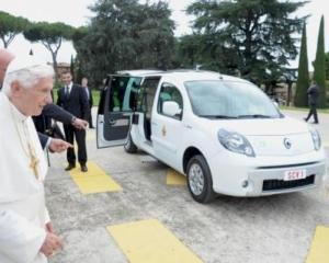 Papa Benedict XVI a primit un Renault Kangoo Z.E.
