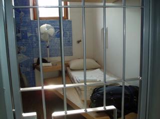 O inchisoare prea mica pentru un detinut urias