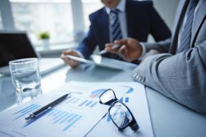 Mediul de afaceri romanesc, in picaj liber: 7 din 10 firme au intarzieri la plata facturilor. Managerii trag de timp ca sa-si ruleze banii