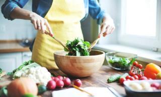 6 alimente bune de consumat pentru a trata si preveni deshidratarea. Tzatziki e pe lista
