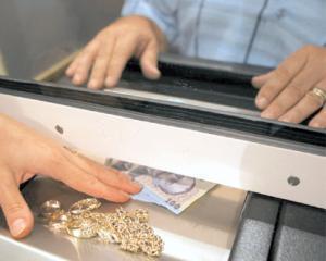 "ANALIZA: BANI DE SARBATORI. Amanetul, solutia ""de aur"" pentru a obtine bani"