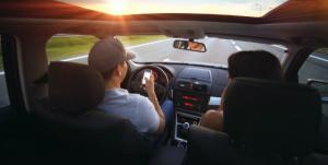Soferii care filmeaza la volan risca sa fie amendati si sa li se ia permisul auto