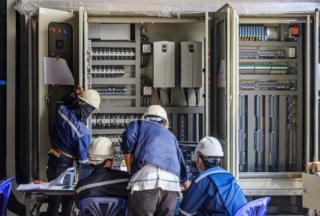 Marii furnizori de energie electrica, amendati usturator de ANRE. Ce nereguli au gasit inspectorii