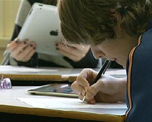 Aproape 8.000 de profesori sustin astazi examenul de definitivat