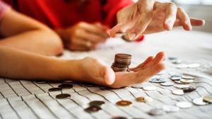 Deficitul bugetar trece de dublul primelor 11 luni din 2017. Cheltuielile cu asistenta sociala au crescut cu 11,8%