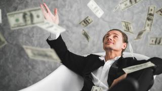 Milioane de oameni devin milionari, desi omenirea traverseaza cea mai dificila criza a secolului. De unde le vin banii?