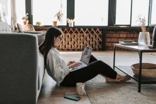 Top 5 avantaje de care se bucura oamenii care lucreaza de acasa: cei din birouri nici nu viseaza la ele