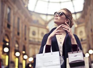 Poate va intereseaza in buzunarele cui se duc banii dumneavoastra cand cumparati produse de lux