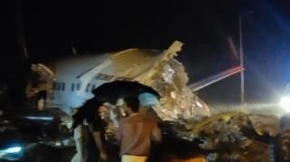 Un avion Air India s-a prabusit la aterizare si s-a rupt in doua: La bord se aflau aproximativ 200 de persoane