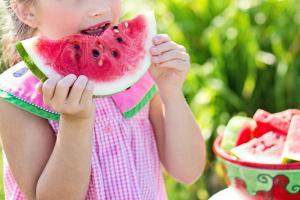 Nu speli pepenele inainte de consum? Risti sa te imbolnavesti
