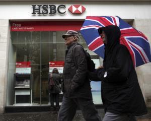 Bancile isi reduc din costurile, in detrimentul cresterii