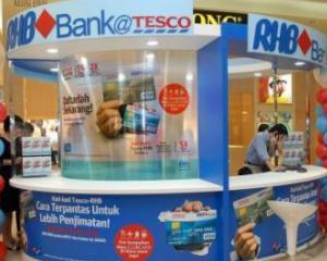 """Analiza: Pot supermarketurile britanice sa """"fure"""" din clientii marilor banci?"""
