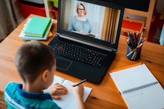 Bani de la stat pentru parintii ai caror copii fac orele online: care sunt conditiile