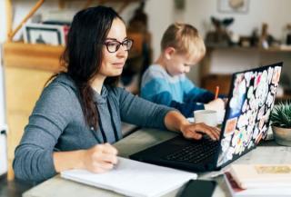 Munca de acasa: Flexibilitate mai multa pe bani mai putini?