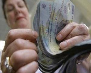 Bugetarii castiga mai mult decat privatii. De ce?
