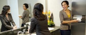 Dispensere profesionale de hartie pentru toalete publice