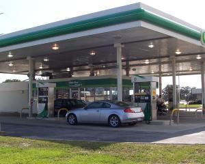 Benzina se va scumpi cu 30-40 de bani