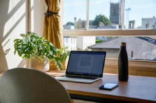 Biroul hibrid este viitorul muncii: intre siguranta, online si offline