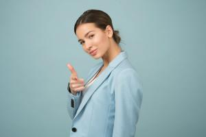 Femeia la birou. Alegerea tinutelor potrivite in anotimpul cald