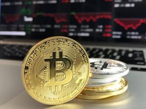 Bitcoin continua sa creasca si ajunge la o valoare de peste 8.000 de dolari, maximul ultimelor zece luni