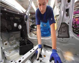 Angajatii BMW vor lucra cu manusi de ultima generatie
