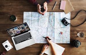Booking si alte 5 platforme de rezervari online, obligate sa renunte la practici inselatoare si taxe ascunse