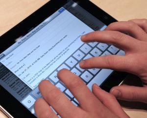 Unul din sase romani cumpara online de pe tableta