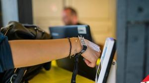 Platile contactless cu telefonul, cardul si accesoriile BT Pay au prins la clienti