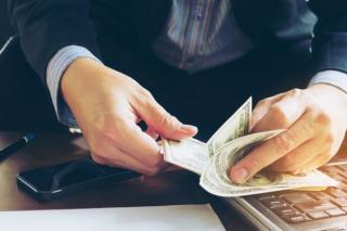In 2021, nota de plata ajunge pe masa bugetarilor. Ar putea urma concedieri masive la stat