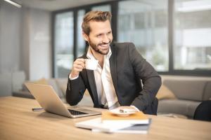 Noile reguli ale tinutei la birou: renunta la costum si cravata!