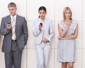 Cei mai multi angajati folosesc telefoanele mobile personale la serviciu, indiferent de politica firmei