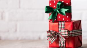 Cum fac romanii daruri? Doi din 5 participa cu bani la cadourile celor dragi