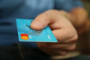 Presedintele a decis: Buticurile exceptate de la plata cu cardul