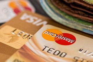 Romanii au incheiat anul pandemiei cu mai multe carduri bancare decat in 2019