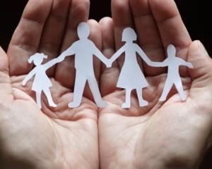 Copiii ai caror parinti sunt plecati la munca in strainatate au linie telefonica gratuita - 0800.070.040