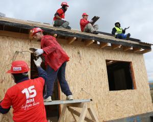 Fundatia Codafone construieste case pentru 4 familii defavorizate