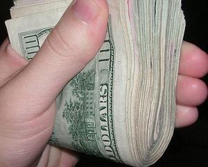 Efectul Ucraina: Moneda euro a coborit sunt pragul de 1,35 dolari