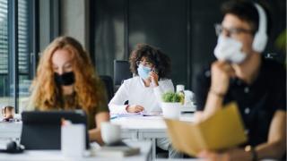 Renuntam la telemunca? Cat de sigur este pentru persoanele vaccinate sa revina fizic in birou?