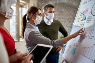 ANALIZA. Vor putea fi obligati angajatii sa se vaccineze?
