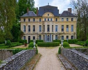 Catherine Deneuve isi vinde castelul din Guainville